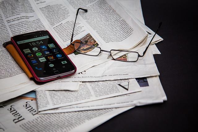 brýle, mobil, noviny