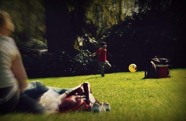kluk s míčem