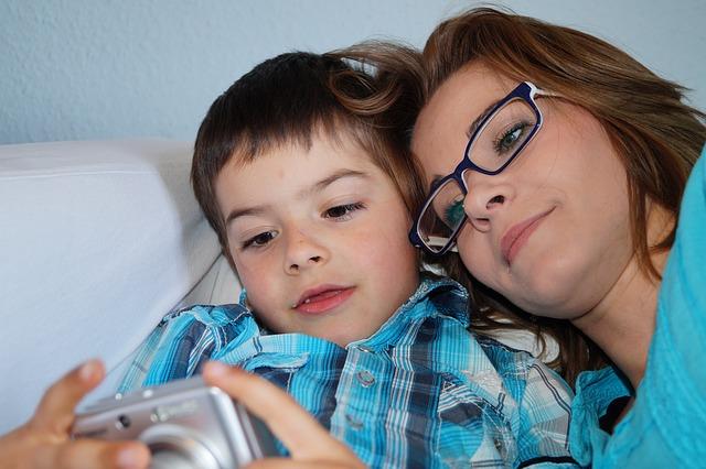 prohlížení fotek se synem