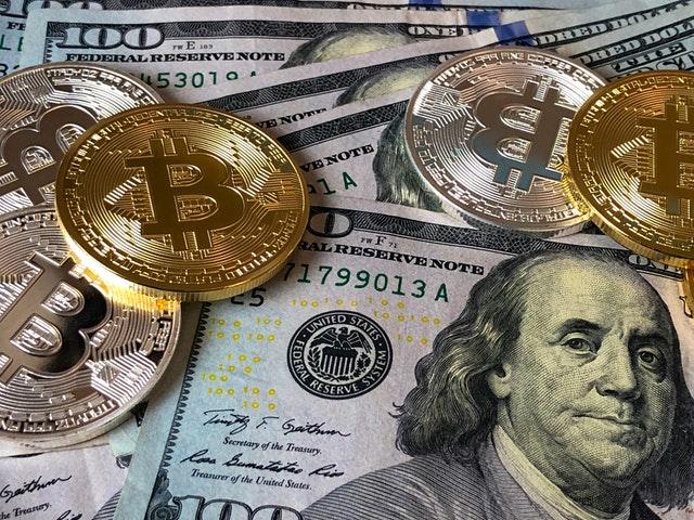 dolarové bankovky a bitcoiny.jpg