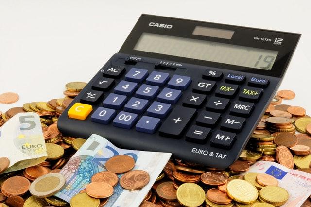 kalkulačka na hromadě mincí.jpg