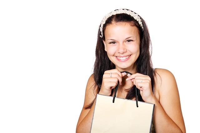 usmívající se dívka do kamery, držící tašku