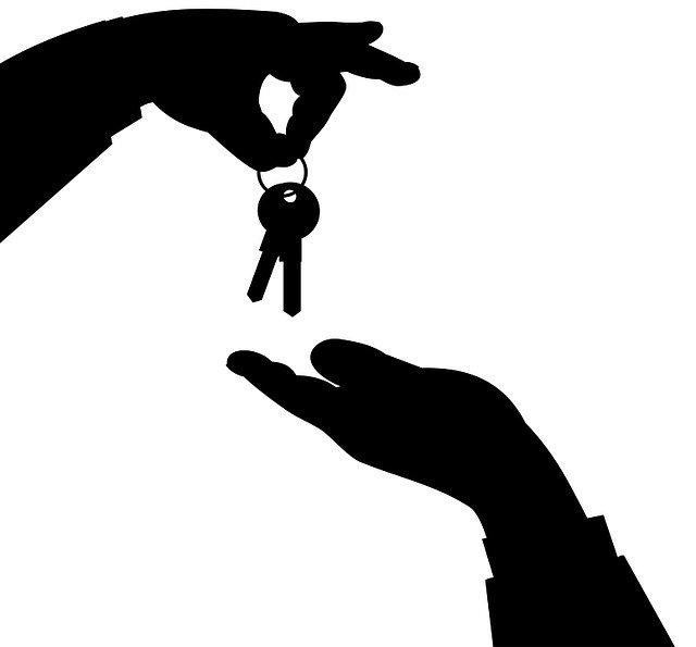 předání klíčů v černé barvě