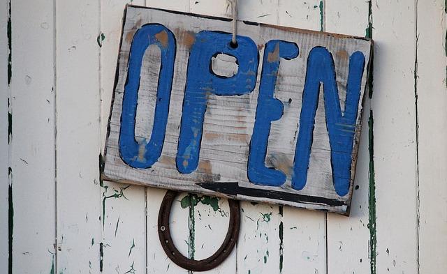 modrý nápis open